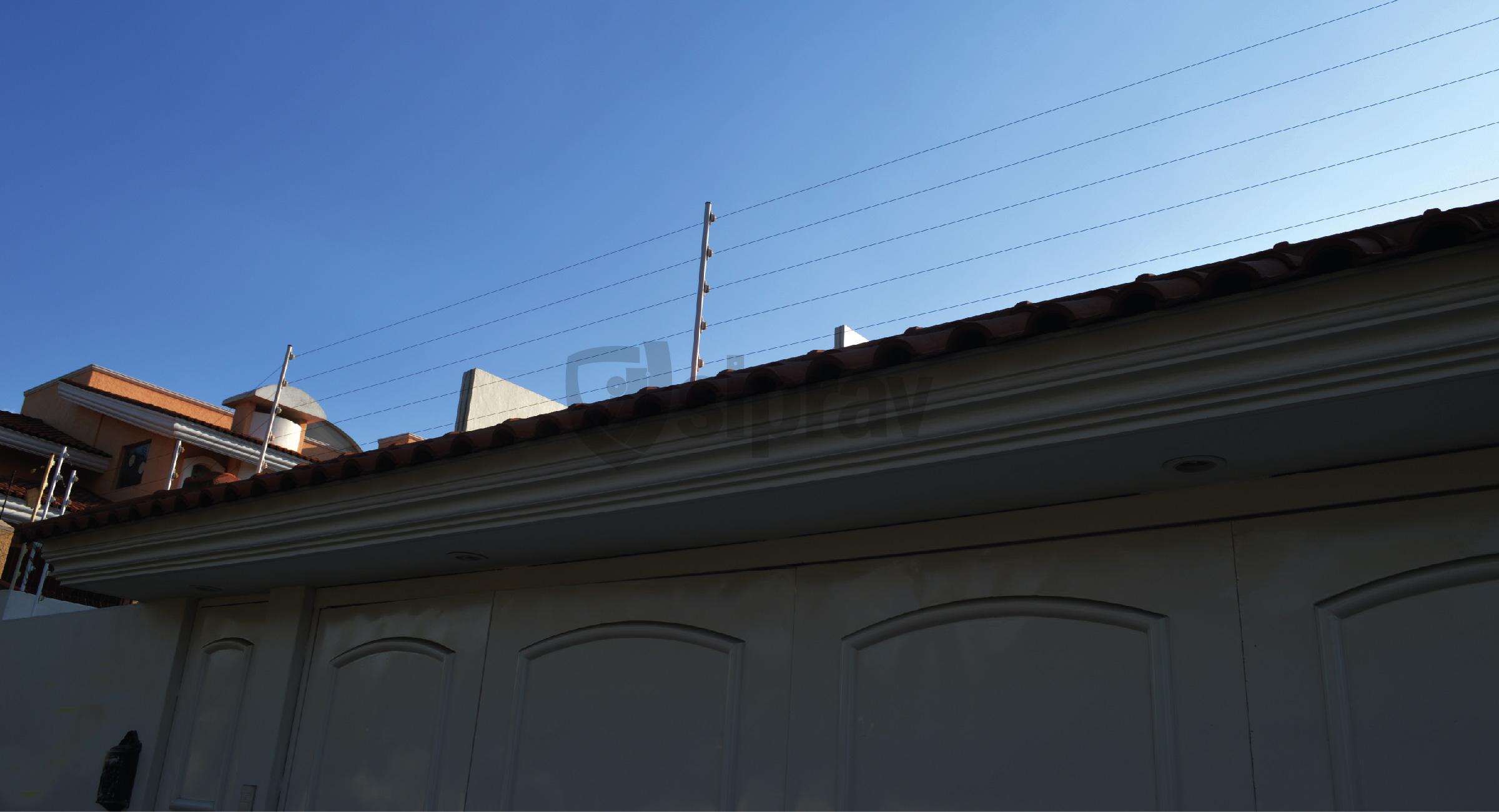 Cercas Eléctricas en casa sobre teja.
