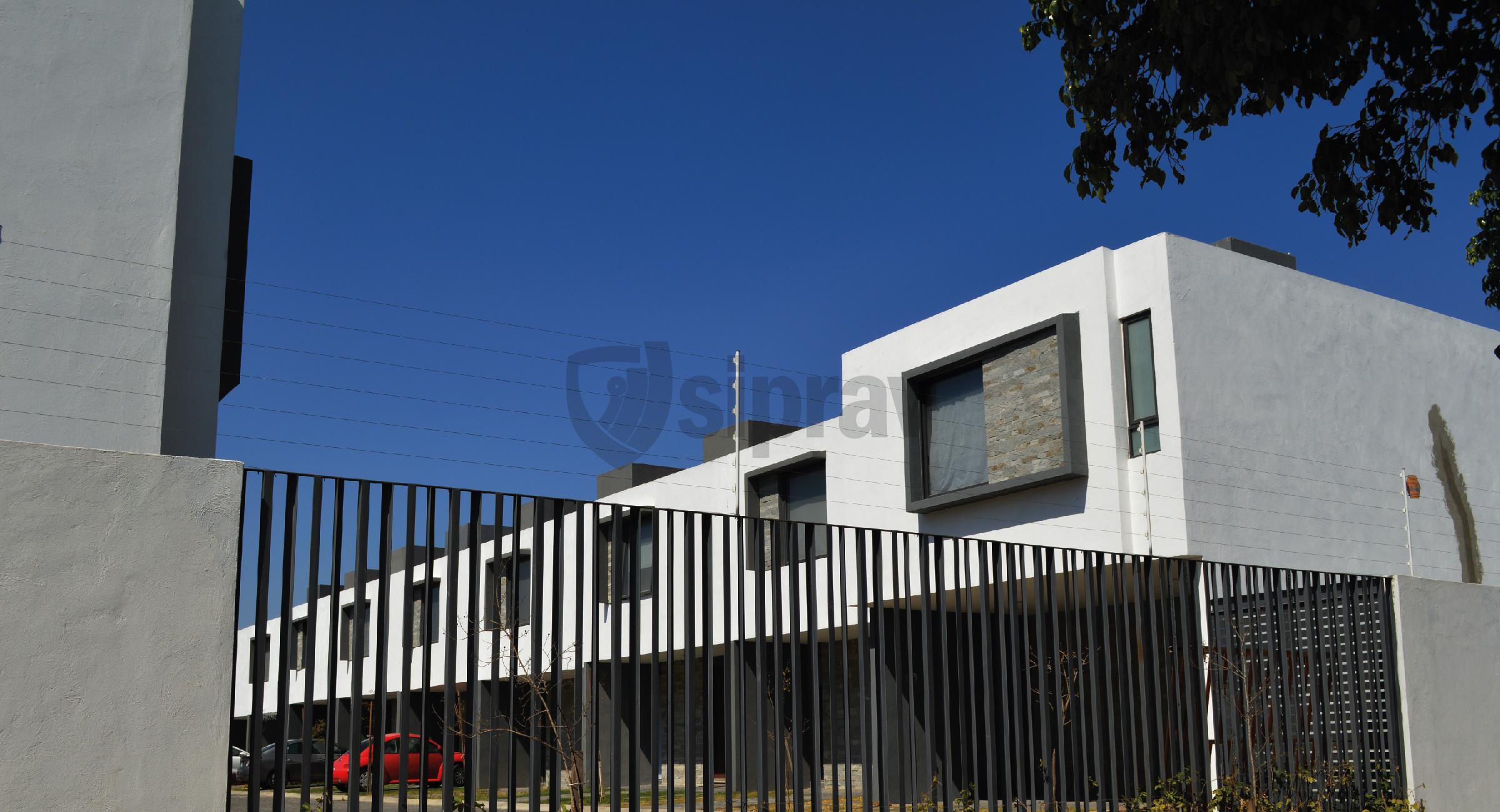Cercas Eléctricas Mallas Electrificadas instalado en muro y herrería